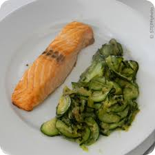 cuisiner pavé de saumon poele pavé de saumon et courgettes poêlées les recettes gourmandes