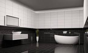 ein badezimmer in schwarz weiß