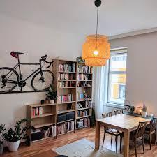 bücherregal mit wandhalterung fürs fahrrad haus deko