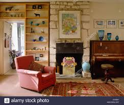 rosa sessel und offene wandregale im land wohnzimmer mit