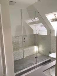 dusche unter dachschräge eine elegante lösung für den