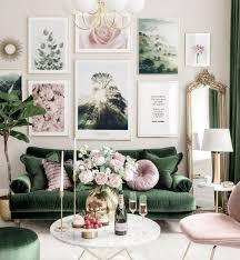 stilvolle bilderwand grün pinkes wohnzimmer blumenposter goldrahmen