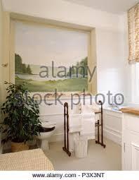 große landschaft wandbild in der nische über badewanne