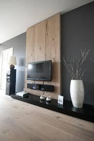 wandpaneel aus holz hinter dem fernseher im wohnzimmer