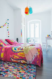 weißes schlafzimmer mit knallig bunten bild kaufen