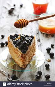 stück honig kuchen mit heidelbeeren und honig auf glas