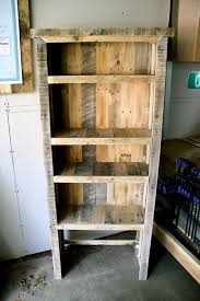 DIY Recycled Pallet Bookcase