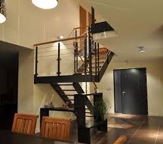 un palier d escalier loft métallique avec palier et garde corps verre métal bois