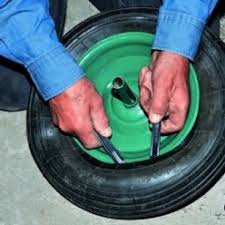 chambre à air pour glisser poser une rustine sur un pneu crevé de brouette