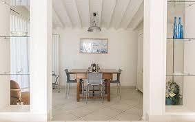 schönes poolhaus modern luxuriös in der natur camaiore