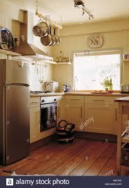 große edelstahl kühlschrank mit gefrierfach in creme cottage