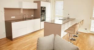 gestaltung einer grifflosen küche mit fronten in weiß matt