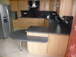 cuisine grise plan de travail bois plan travail cuisine bois crdence et plan de travail les bonnes