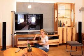 neues wohnzimmer in der ausstellung mit tv hifi und