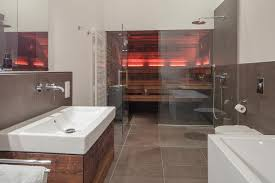 schmales badezimmer mit design sauna in altholz im penthouse