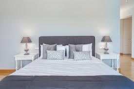 doppelbett im schlafzimmer mit moderner dekoration
