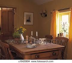 geschirr und blumen auf alt kiefer tisch in klein
