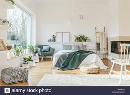 weiß und holz schlafzimmer mit einem großen bett kamin