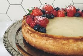 der perfekte cheesecake mit beeren und himbeersauce