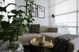 gemütliches wohnzimmer ideal für den kuscheligen lockdown