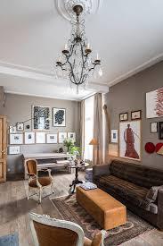 klassisches wohnzimmer in brauntönen mit bild kaufen