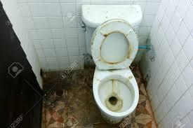 die badezimmer sind nicht sehr sauber und dreckig alte toilettenschüssel