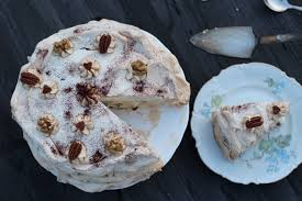 dacquoise baiser torte mit walnüssen und datteln tasty matter