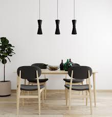stilvolles interieur des hellen wohnzimmers mit tisch und