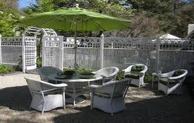 Pea Gravel Patio Ideas by Pea Gravel Patio With Classic White Wicker Furniture And Fencing