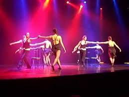 spectacle de danse de cabaret sur la musique de moulin