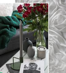 wohnzimmer einrichtung lila gruen weiss deko vasen grau