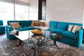 türkis sofa im wohnzimmer stockfoto und mehr bilder architektonisches detail