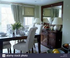 weiß gepolsterten stühlen am tisch für das mittagessen in