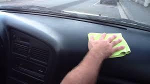 refaire un interieur de voiture nettoyer plastiques intérieurs de la voiture astuce auto