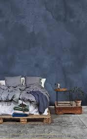 schlafzimmer mit grau blauer wand doppelbett aus