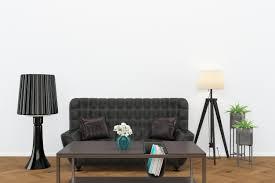 schwarzes ledersofa dunklen holzboden wohnzimmer innenle