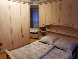 schlafzimmer komplett kleiderschrank bett überbau in