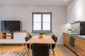 moderne offene wohnung mit küche esszimmer und wohnzimmer verbunden