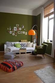 farbintensive wohnzimmer inspiration dunkelgrüne wand