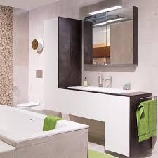 das spiel mit der form lässt dieses badezimmer modern und