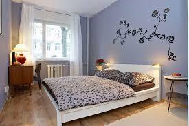 fliederfarbenes großes schlafzimmer mit wandtattoo in