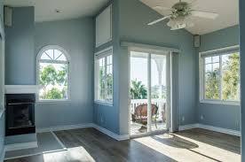 trendy modernes interieur eines wohnzimmers mit blauen