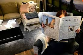 im möbelhaus ikea liegen zeitungen mit freiburger news
