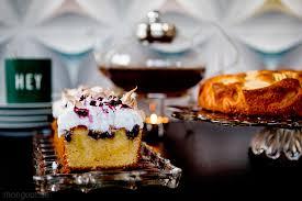 stylischer kastenkuchen mit heidelbeer baiser frisur