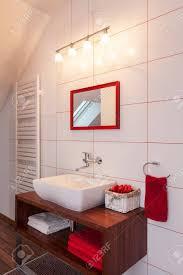 ruby house rote und weiße badezimmer interieur moderne ausstattung