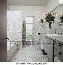 modernes grauer granit badezimmer mit glas ziegelstein