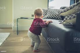 kleines baby cruisen im wohnzimmer stockfoto und mehr bilder baby