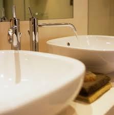 zwei waschbecken mit fliessendem wasser bild kaufen