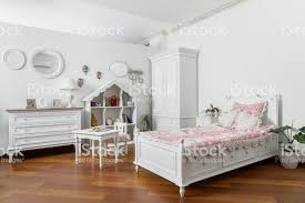 innere des modernen hellen schlafzimmer mit schmalen bett und weiße möbel stockfoto und mehr bilder behaglich