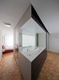 kubus mit ankleide und bad mit blick ins schlafzimmer